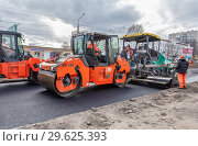 Купить «Work on laying the asphalt surface on a city street», фото № 29625393, снято 29 апреля 2018 г. (c) FotograFF / Фотобанк Лори