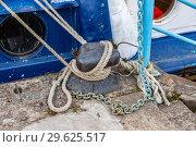 Купить «Mooring metal bollard with a fixed rope at the pier», фото № 29625517, снято 8 августа 2018 г. (c) FotograFF / Фотобанк Лори