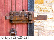 Купить «Antique rusty forged massive metal door lock», фото № 29625521, снято 8 августа 2018 г. (c) FotograFF / Фотобанк Лори