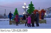 Купить «Дети и родители фотографируются у праздничной композиции «С Новым годом»», видеоролик № 29626089, снято 30 декабря 2018 г. (c) А. А. Пирагис / Фотобанк Лори