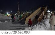 Купить «Дети и взрослые катаются с ледяной горки», видеоролик № 29626093, снято 30 декабря 2018 г. (c) А. А. Пирагис / Фотобанк Лори