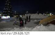 Купить «Дети и взрослые катаются с ледяной горки», видеоролик № 29626121, снято 30 декабря 2018 г. (c) А. А. Пирагис / Фотобанк Лори