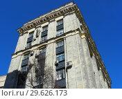 Купить «Девятиэтажный восьмиподъездный кирпичный жилой дом (1955 года постройки, типовая серия СМ-6). Волоколамское шоссе, 1, строение 1. Район Сокол. Город Москва. Россия», эксклюзивное фото № 29626173, снято 27 марта 2015 г. (c) lana1501 / Фотобанк Лори