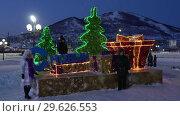 Купить «Горожане фотографируются у праздничной композиции «С Новым годом»», видеоролик № 29626553, снято 31 декабря 2018 г. (c) А. А. Пирагис / Фотобанк Лори