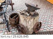 Купить «Vintage rusty anvil with blacksmith tools», фото № 29626845, снято 11 июня 2018 г. (c) FotograFF / Фотобанк Лори