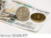 Металлические деньги и бумажные пятьдесят рублей. Стоковое фото, фотограф Игорь Низов / Фотобанк Лори