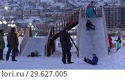 Купить «Детишки катаются с ледяной горки», видеоролик № 29627005, снято 31 декабря 2018 г. (c) А. А. Пирагис / Фотобанк Лори