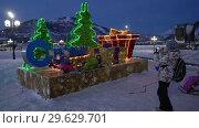 Купить «Дети фотографируются у праздничной композиции «С Новым годом»», видеоролик № 29629701, снято 1 января 2019 г. (c) А. А. Пирагис / Фотобанк Лори
