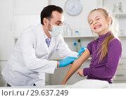 Купить «Male doctor injecting little patient», фото № 29637249, снято 19 января 2019 г. (c) Яков Филимонов / Фотобанк Лори