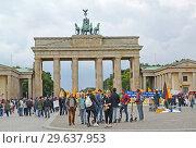 Купить «Скопление людей около Бранденбургских ворот. Парижская площадь, Берлин. Германия», фото № 29637953, снято 12 августа 2017 г. (c) Ирина Борсученко / Фотобанк Лори