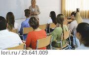 Купить «Mature female speaker giving presentation for students in lecture hall», видеоролик № 29641009, снято 15 октября 2018 г. (c) Яков Филимонов / Фотобанк Лори