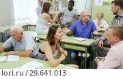 Group students different ages discussion during business course. Стоковое видео, видеограф Яков Филимонов / Фотобанк Лори