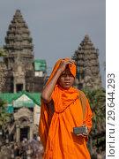 Monk At Angor Wat, cambodia, holding smartphone (2012 год). Редакционное фото, фотограф Don Champlin / age Fotostock / Фотобанк Лори