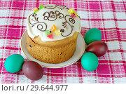 Купить «Пасхальный кулич с глазурью и разноцветные яйца», фото № 29644977, снято 8 апреля 2018 г. (c) Елена Коромыслова / Фотобанк Лори
