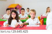 Купить «Astonished school kids in classroom», фото № 29645425, снято 15 ноября 2018 г. (c) Яков Филимонов / Фотобанк Лори