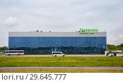 Купить «Здание аэропорта Жуковский со стороны летного поля», фото № 29645777, снято 6 июня 2018 г. (c) Светлана Кузнецова / Фотобанк Лори