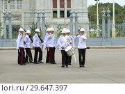 Купить «Марширующие королевские гвардейцы у тронного зала Ananda Самахом. Развод караула. Бангкок, Таиланд», фото № 29647397, снято 3 января 2019 г. (c) Виктор Карасев / Фотобанк Лори