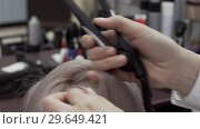 The Hands Of A Girl Hairdresser Make Styling For Hair. Стоковое видео, видеограф Pavel Biryukov / Фотобанк Лори
