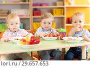 Купить «babies group eating vegetables in kindergarten dinning room», фото № 29657653, снято 7 июля 2020 г. (c) Оксана Кузьмина / Фотобанк Лори