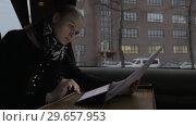 Купить «Busy businesswoman traveling by train and doing her job», видеоролик № 29657953, снято 16 февраля 2019 г. (c) Данил Руденко / Фотобанк Лори