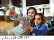 Mother and daughter enjoying expositions of previous centuries. Стоковое фото, фотограф Яков Филимонов / Фотобанк Лори