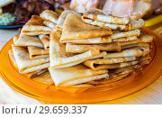 Купить «Russian traditional food. Appetizing fried pancakes during the Pancake Week», фото № 29659337, снято 17 февраля 2018 г. (c) FotograFF / Фотобанк Лори