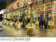 Купить «Москва новогодняя. Световой туннель на Новой площади», фото № 29659529, снято 5 января 2019 г. (c) Dmitry29 / Фотобанк Лори