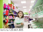 girl choosing office supplies. Стоковое фото, фотограф Дарья Филимонова / Фотобанк Лори