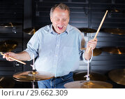 Купить «Musician playing on drum kit», фото № 29662309, снято 18 сентября 2017 г. (c) Яков Филимонов / Фотобанк Лори