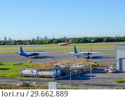 Airport. Two liners in the parking lot and one red liner on takeoff. (2018 год). Редакционное фото, фотограф Сергей Журавлев / Фотобанк Лори