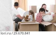 Купить «Family moving house», видеоролик № 29670841, снято 9 октября 2009 г. (c) Wavebreak Media / Фотобанк Лори