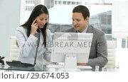 Asian business woman with her colleague on phone. Стоковое видео, агентство Wavebreak Media / Фотобанк Лори