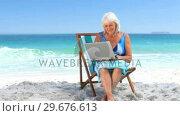 Elderly woman using a laptop. Стоковое видео, агентство Wavebreak Media / Фотобанк Лори