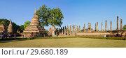 Солнечный день на руинах древнего буддистского храма Wat Mahathat. Исторический парк города Сукхотай, Таиланд (2018 год). Стоковое фото, фотограф Виктор Карасев / Фотобанк Лори