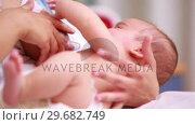 Mother breastfeeding a new born baby. Стоковое видео, агентство Wavebreak Media / Фотобанк Лори
