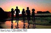 Купить «Friends running into the sea under the dusk», видеоролик № 29684781, снято 3 апреля 2013 г. (c) Wavebreak Media / Фотобанк Лори