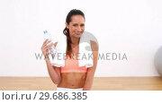Купить «Fit model drinking bottle of water», видеоролик № 29686385, снято 15 октября 2013 г. (c) Wavebreak Media / Фотобанк Лори