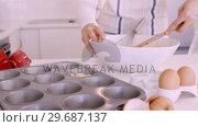 Woman baking muffins. Стоковое видео, агентство Wavebreak Media / Фотобанк Лори