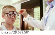 Купить «Optometrist examining young patient with chiropter», видеоролик № 29689581, снято 20 июня 2016 г. (c) Wavebreak Media / Фотобанк Лори