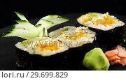 Maki sushi roll served on tray. Стоковое видео, агентство Wavebreak Media / Фотобанк Лори