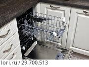 Купить «The Open dishwasher built into the kitchen», фото № 29700513, снято 29 октября 2018 г. (c) Володина Ольга / Фотобанк Лори