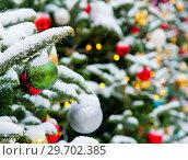 Купить «Новогодняя елка, усыпанная белым снегом, с разноцветными шариками. Москва. Россия», фото № 29702385, снято 3 января 2019 г. (c) Екатерина Овсянникова / Фотобанк Лори