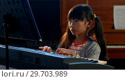Купить «Schoolgirl learning electric piano in music class 4k», видеоролик № 29703989, снято 11 марта 2017 г. (c) Wavebreak Media / Фотобанк Лори