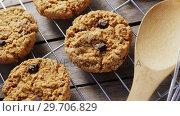 Купить «Fresh baked cookies kept over a cooling rack 4k», видеоролик № 29706829, снято 5 мая 2017 г. (c) Wavebreak Media / Фотобанк Лори
