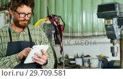 Купить «Craftsman using digital tablet 4k», видеоролик № 29709581, снято 30 мая 2017 г. (c) Wavebreak Media / Фотобанк Лори