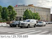 Купить «Москва, Житная улица, автомобили остановились у пешеходного перехода», фото № 29709689, снято 31 мая 2015 г. (c) Dmitry29 / Фотобанк Лори