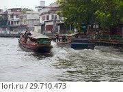 Две пассажирские маршрутные лодки на клонге Маханак kanal. Бангкок, Таиланд (2018 год). Редакционное фото, фотограф Виктор Карасев / Фотобанк Лори