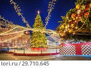 Москва. Новогодняя елка на Манежной площади. Christmas tree on Manezh Square (2018 год). Редакционное фото, фотограф Baturina Yuliya / Фотобанк Лори