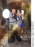 Photographer talking to jolly female model. Стоковое фото, фотограф Яков Филимонов / Фотобанк Лори