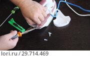 Купить «Мастер ремонтирует утюг. Руки мужчины крупным планом», видеоролик № 29714469, снято 8 ноября 2017 г. (c) Олег Хархан / Фотобанк Лори